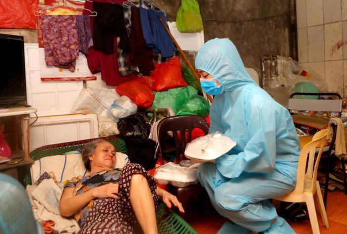 Hoa hậu Đỗ Mỹ Linh cùng Đỗ Thị Hà, Lương Thùy Linh hỗ trợ người vô gia cư mùa Covid-19 Ảnh 6