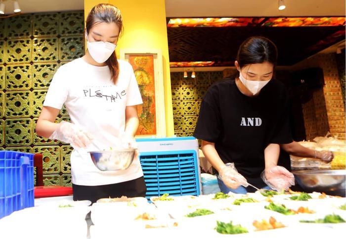 Hoa hậu Đỗ Mỹ Linh cùng Đỗ Thị Hà, Lương Thùy Linh hỗ trợ người vô gia cư mùa Covid-19 Ảnh 1