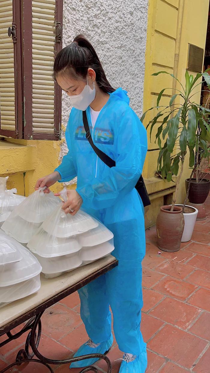 Hoa hậu Đỗ Mỹ Linh cùng Đỗ Thị Hà, Lương Thùy Linh hỗ trợ người vô gia cư mùa Covid-19 Ảnh 7