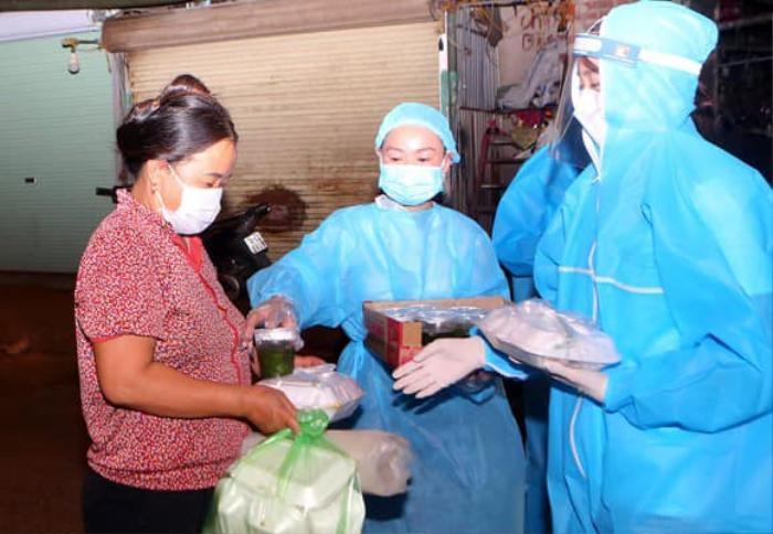 Hoa hậu Đỗ Mỹ Linh cùng Đỗ Thị Hà, Lương Thùy Linh hỗ trợ người vô gia cư mùa Covid-19 Ảnh 4