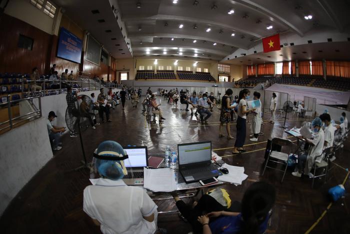 Video: Cận cảnh nhà thi đấu Trịnh Hoài Đức thành 'bệnh viện dã chiến' để tiêm vaccine cho người dân Ảnh 3