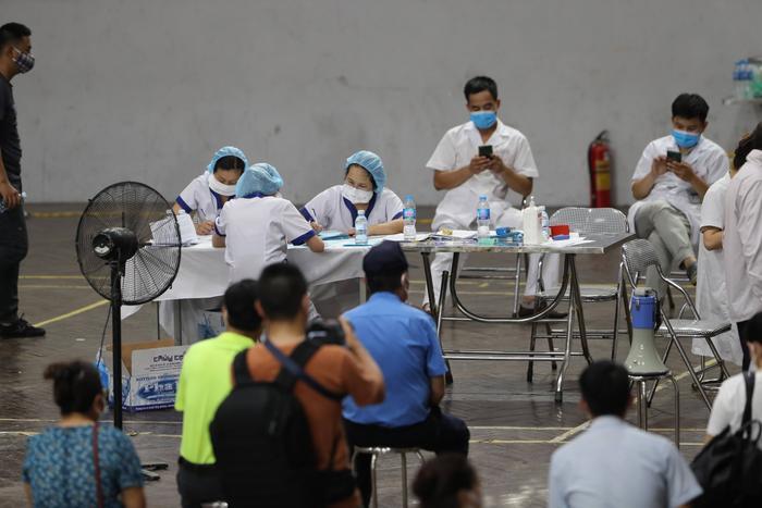 Video: Cận cảnh nhà thi đấu Trịnh Hoài Đức thành 'bệnh viện dã chiến' để tiêm vaccine cho người dân Ảnh 12