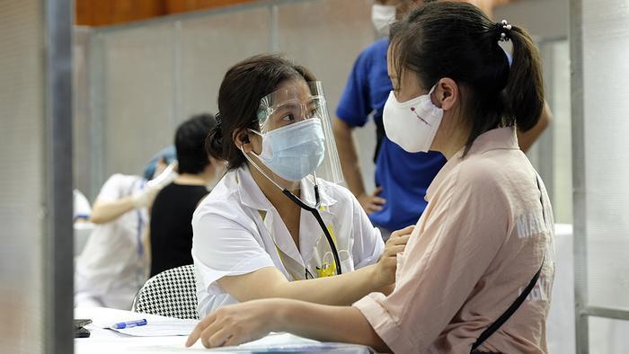 Video: Cận cảnh nhà thi đấu Trịnh Hoài Đức thành 'bệnh viện dã chiến' để tiêm vaccine cho người dân Ảnh 5