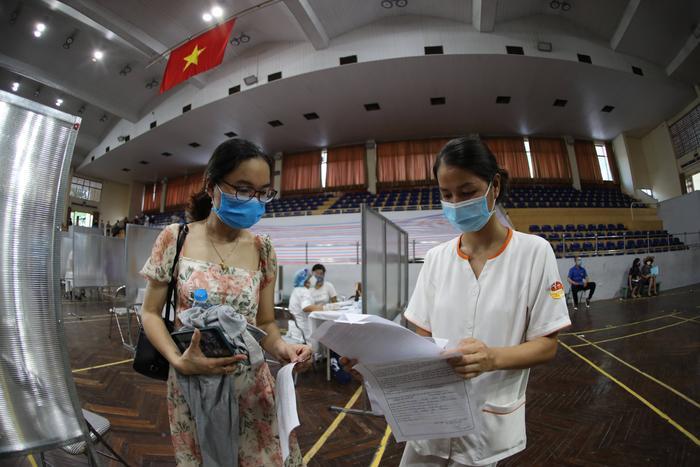 Video: Cận cảnh nhà thi đấu Trịnh Hoài Đức thành 'bệnh viện dã chiến' để tiêm vaccine cho người dân Ảnh 11