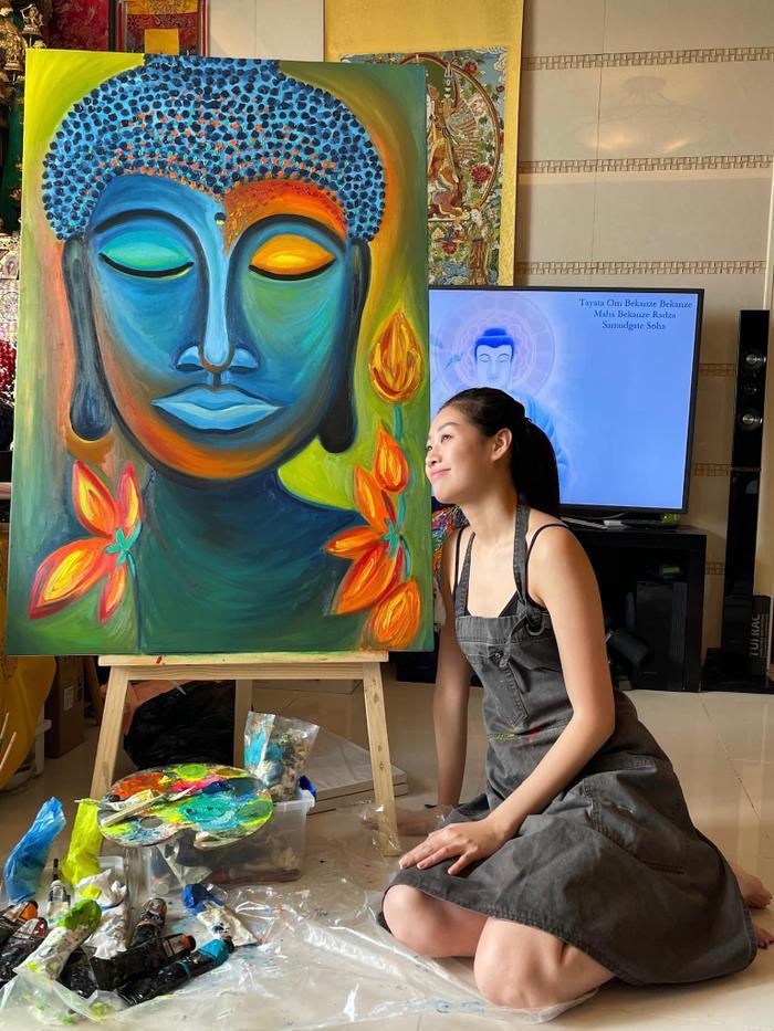 Hoa hậu Khánh Vân mặt mộc ở nhà trổ tài vẽ tranh đẹp đến ngỡ ngàng Ảnh 2
