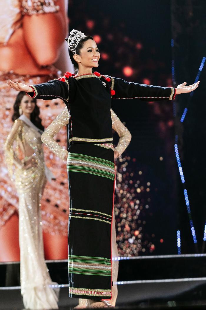 Hoa hậu shipper H'Hen Niê diện đồ thổ cẩm chốt đơn rào rào cho nông dân Đồng Tháp Ảnh 8