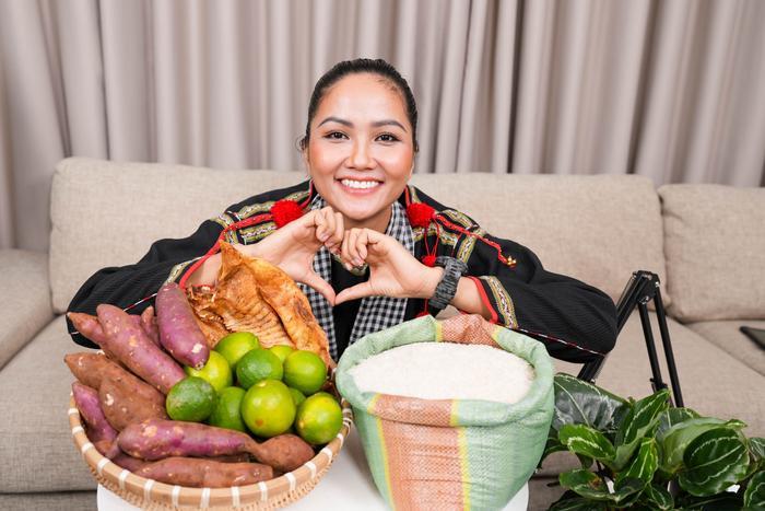 Hoa hậu shipper H'Hen Niê diện đồ thổ cẩm chốt đơn rào rào cho nông dân Đồng Tháp Ảnh 6
