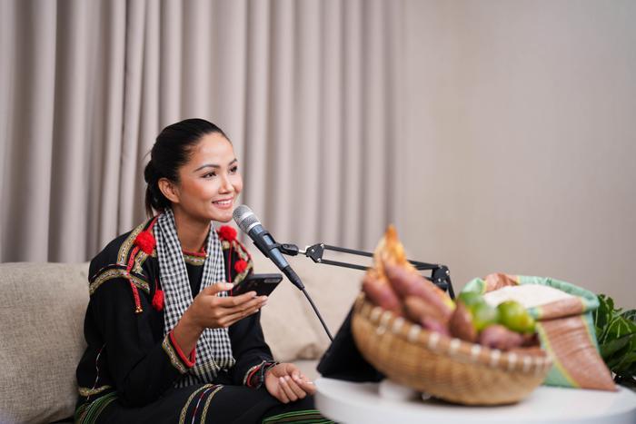 Hoa hậu shipper H'Hen Niê diện đồ thổ cẩm chốt đơn rào rào cho nông dân Đồng Tháp Ảnh 2