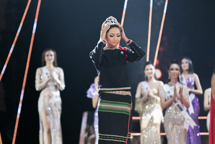 Hoa hậu shipper H'Hen Niê diện đồ thổ cẩm chốt đơn rào rào cho nông dân Đồng Tháp Ảnh 11