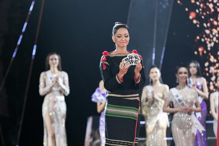 Hoa hậu shipper H'Hen Niê diện đồ thổ cẩm chốt đơn rào rào cho nông dân Đồng Tháp Ảnh 10