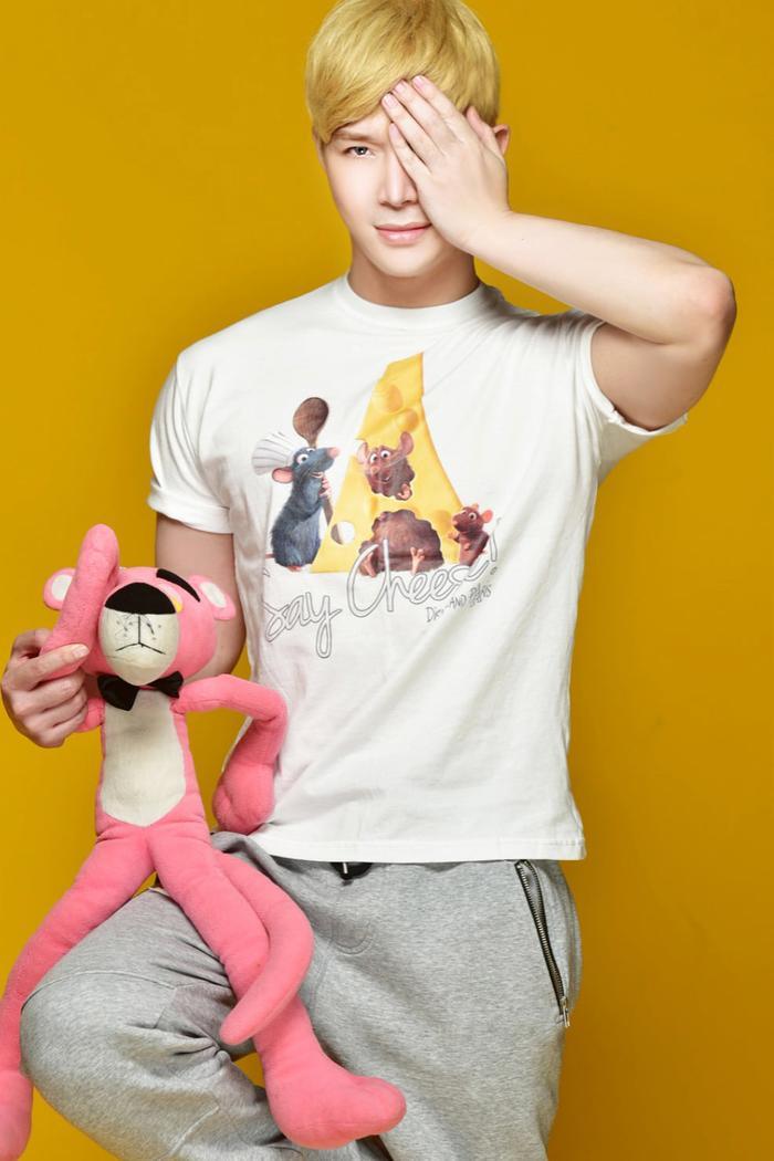 Nathan Lee tóc vàng, chụp ảnh cùng thú bông siêu 'hack tuổi' khiến fan phát sốt Ảnh 9