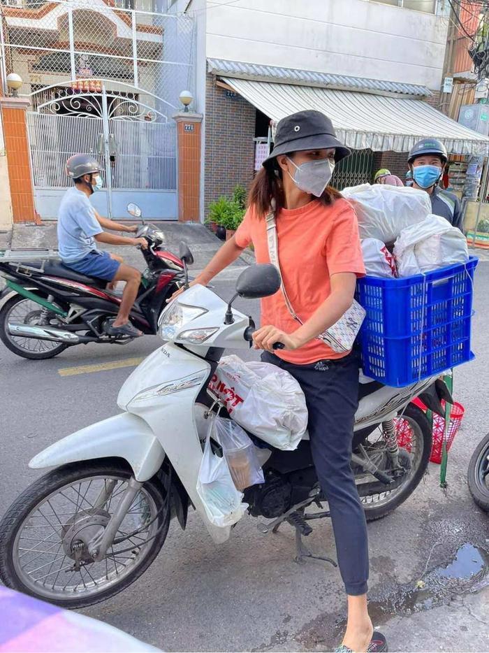 Dàn Hoa hậu Việt 'xả vai' đi từ thiện giữa mùa dịch, đến fan quốc tế cũng tấm tắc Ảnh 12