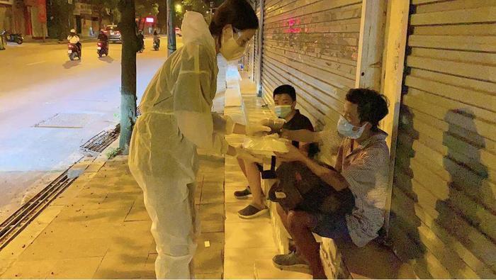Dàn Hoa hậu Việt 'xả vai' đi từ thiện giữa mùa dịch, đến fan quốc tế cũng tấm tắc Ảnh 4