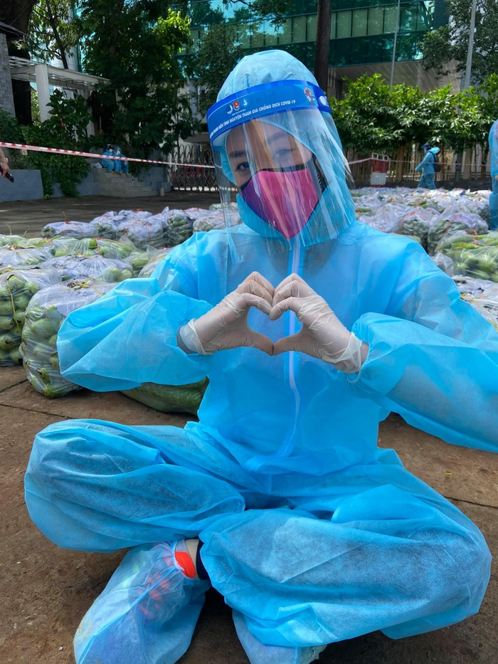 Fan xót xa bàn tay thô ráp của Khánh Vân sau chuỗi ngày lăn xả đi từ thiện chống dịch Ảnh 1