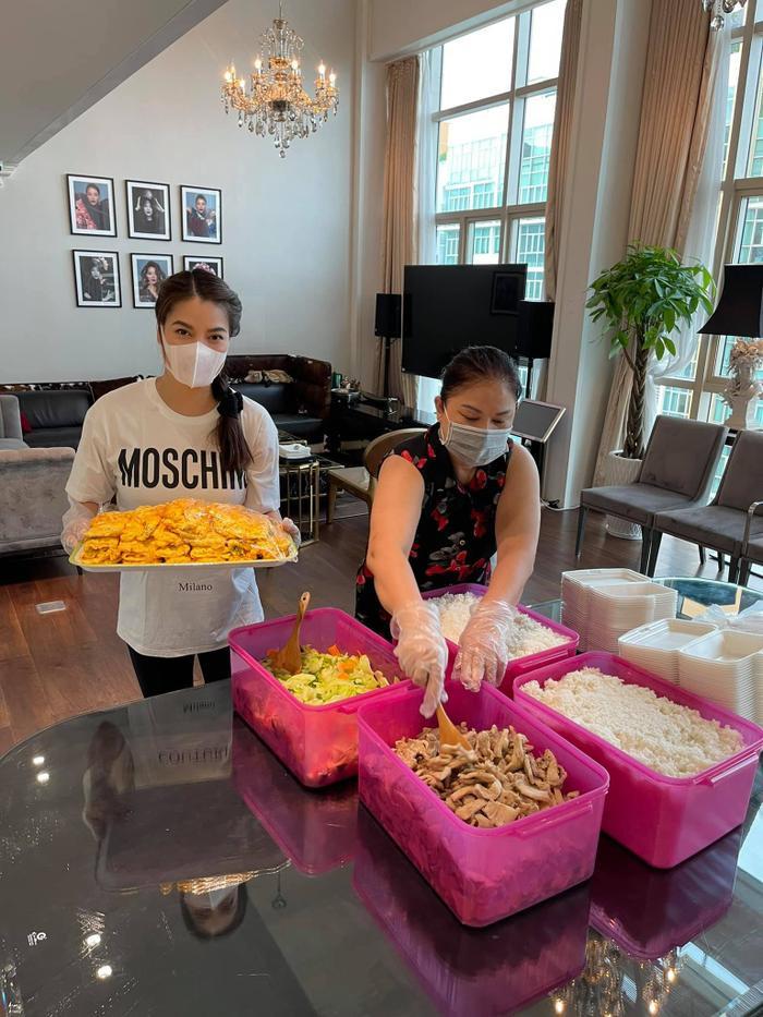 Trương Ngọc Ánh ở nhà thôi mà cũng lên đồ như đi tiệc với đủ style ăn gian tuổi Ảnh 7
