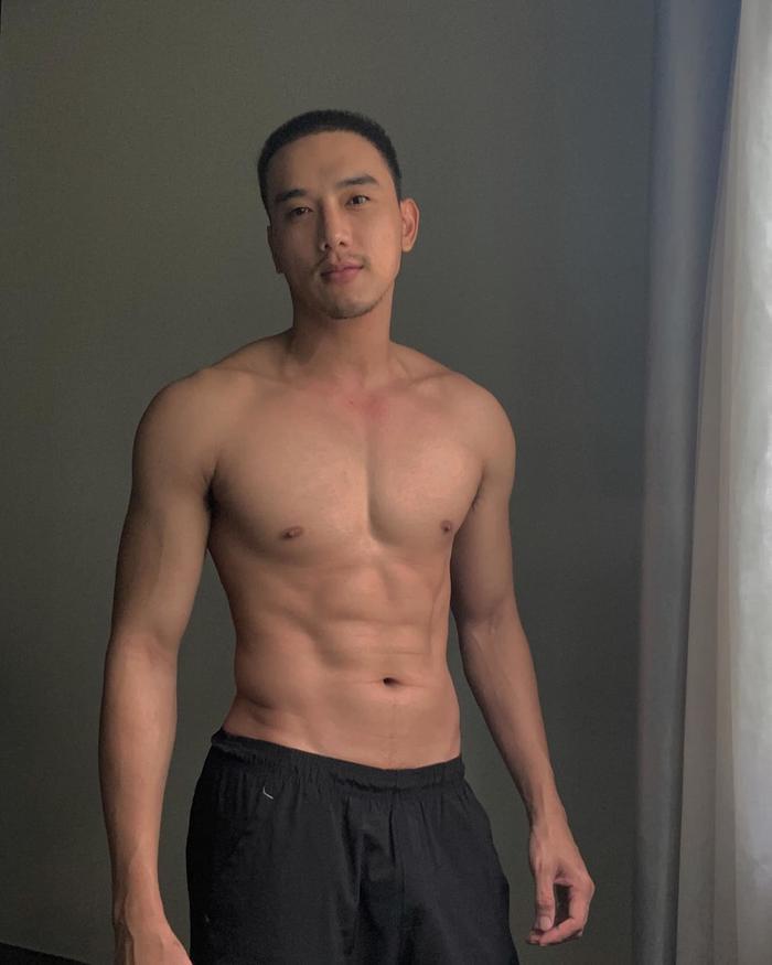 Sao nam tập tành khoe body mlem mùa dịch: Vĩnh Thuỵ, Jun Phạm 'rửa mắt' fan Ảnh 1