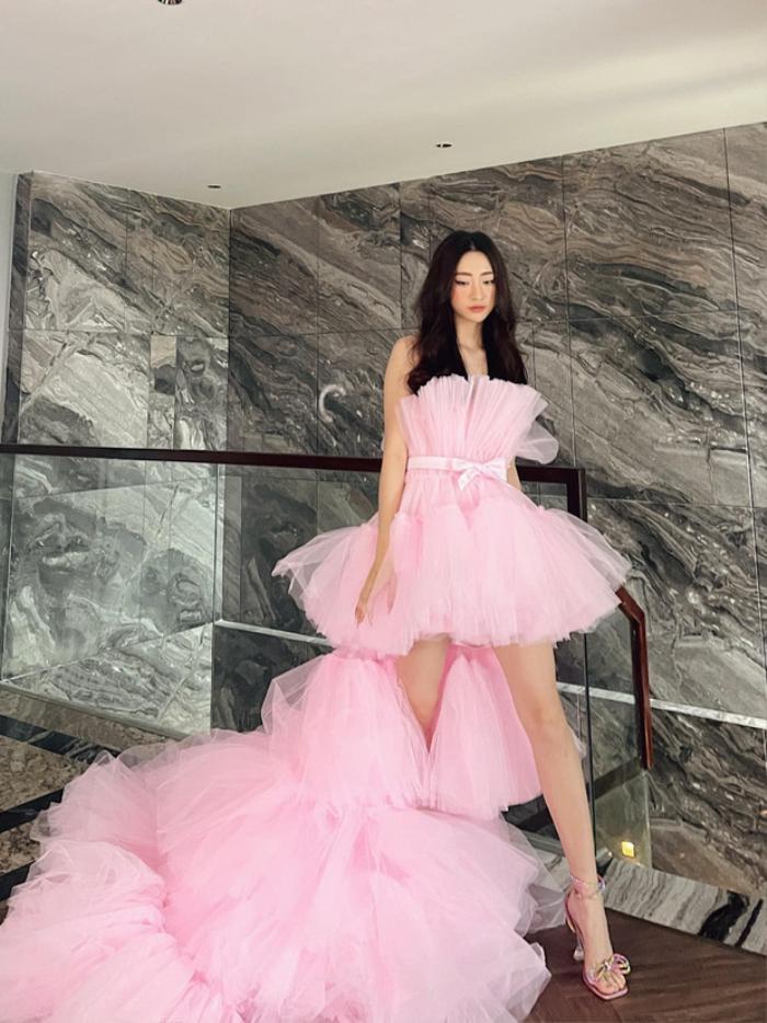 Hóa công chúa đón sinh nhật, Lương Thùy Linh ngờ đâu 'dính phốt' đầm nhái khó đỡ Ảnh 1