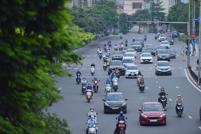 Ngày đầu tuần, đường phố Hà Nội tấp nập dù đang trong thời gian giãn cách xã hội Ảnh 1