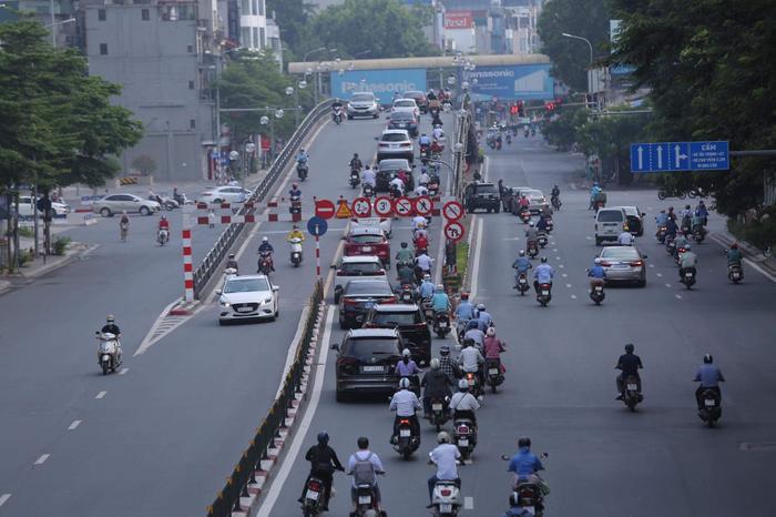 Ngày đầu tuần, đường phố Hà Nội tấp nập dù đang trong thời gian giãn cách xã hội Ảnh 7