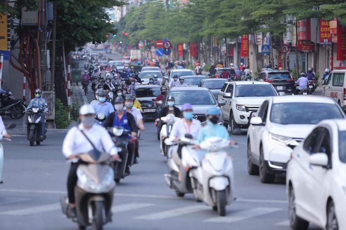 Ngày đầu tuần, đường phố Hà Nội tấp nập dù đang trong thời gian giãn cách xã hội Ảnh 13