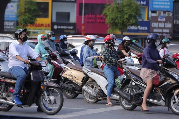 Ngày đầu tuần, đường phố Hà Nội tấp nập dù đang trong thời gian giãn cách xã hội Ảnh 12
