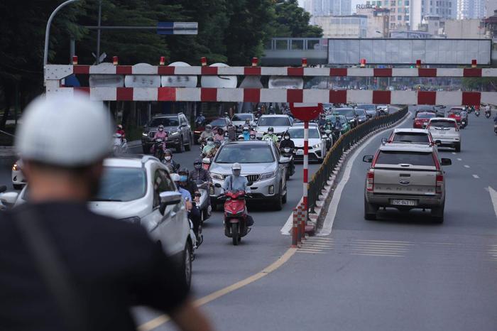 Ngày đầu tuần, đường phố Hà Nội tấp nập dù đang trong thời gian giãn cách xã hội Ảnh 6