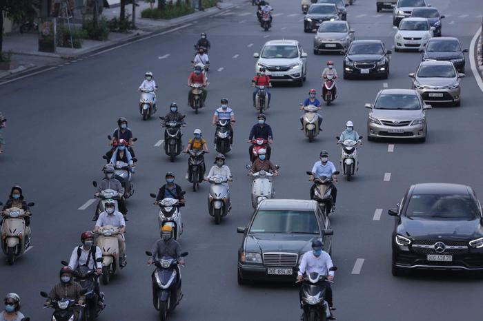 Ngày đầu tuần, đường phố Hà Nội tấp nập dù đang trong thời gian giãn cách xã hội Ảnh 8