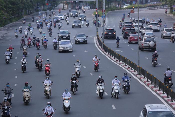 Ngày đầu tuần, đường phố Hà Nội tấp nập dù đang trong thời gian giãn cách xã hội Ảnh 2