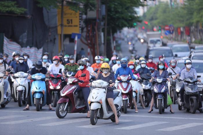 Ngày đầu tuần, đường phố Hà Nội tấp nập dù đang trong thời gian giãn cách xã hội Ảnh 3