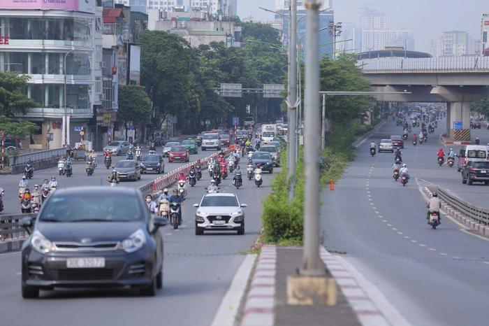 Ngày đầu tuần, đường phố Hà Nội tấp nập dù đang trong thời gian giãn cách xã hội Ảnh 10