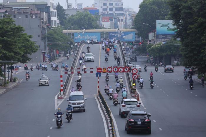 Ngày đầu tuần, đường phố Hà Nội tấp nập dù đang trong thời gian giãn cách xã hội Ảnh 9