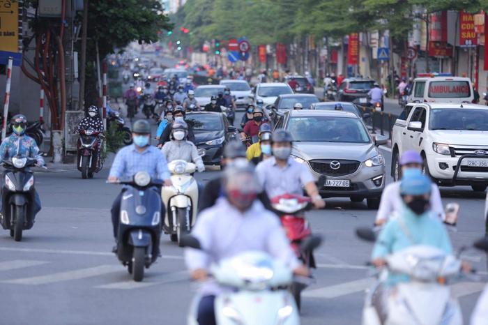 Ngày đầu tuần, đường phố Hà Nội tấp nập dù đang trong thời gian giãn cách xã hội Ảnh 4