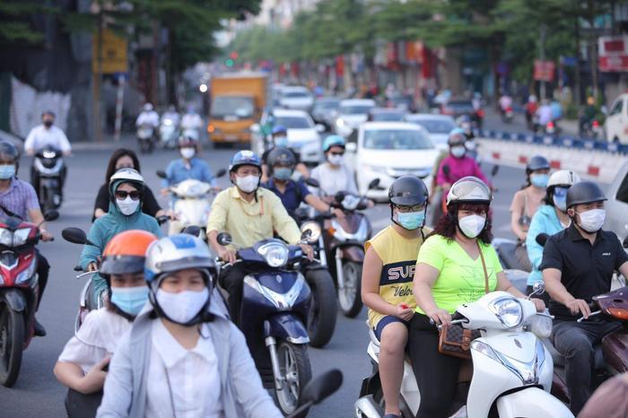 Ngày đầu tuần, đường phố Hà Nội tấp nập dù đang trong thời gian giãn cách xã hội Ảnh 5