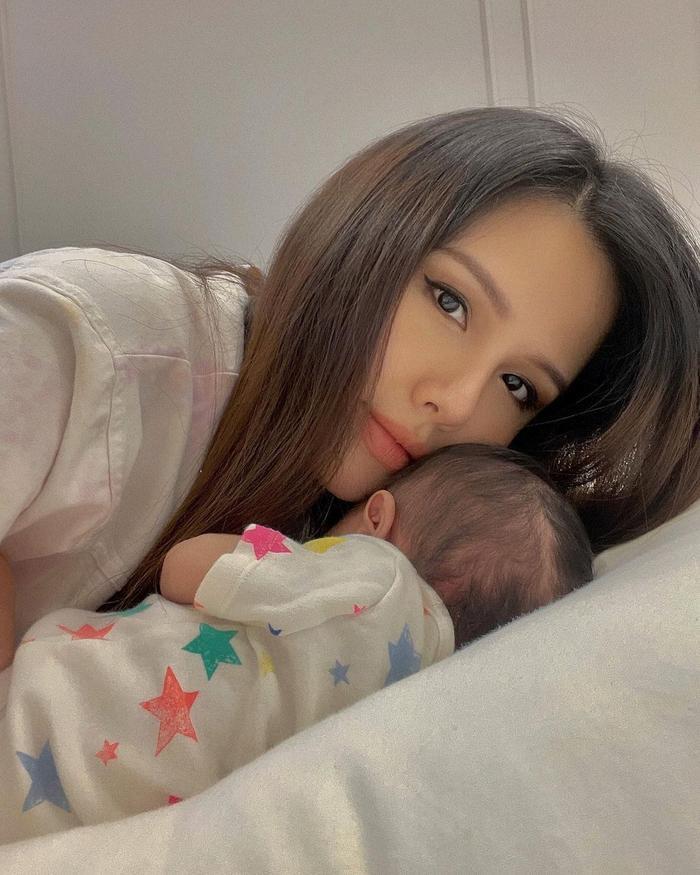 Phanh Lee khiến fan tròn mắt vì vẻ gợi cảm sau nửa tháng sinh con gái đầu lòng Ảnh 4
