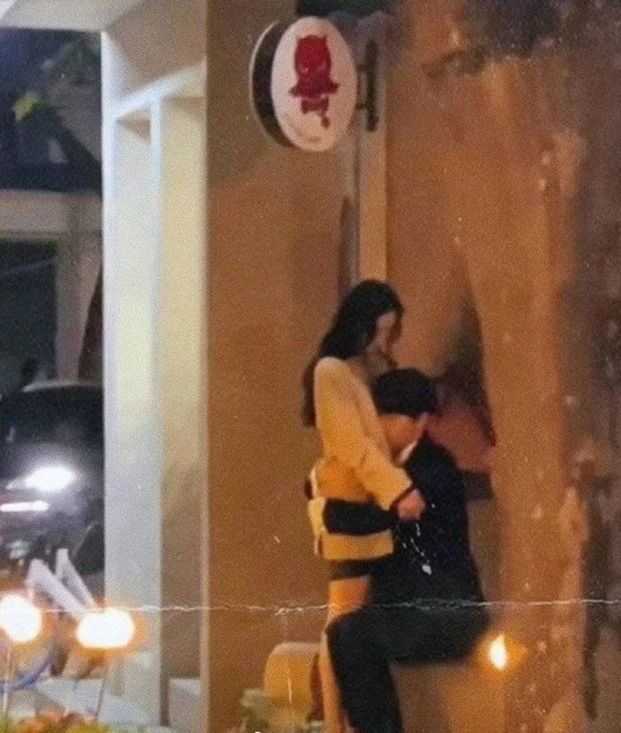Chia tay 'ảnh hậu' Châu Đông Vũ, Hứa Khải tình tứ khóa môi Dương Mịch giữa nơi công cộng