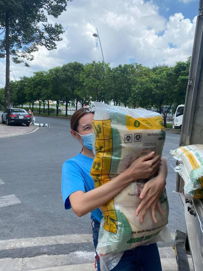 Miss Grand Việt Nam Thuỳ Tiên mua máy thở và 5 tấn gạo tặng người nghèo bằng tiền mừng sinh nhật Ảnh 3