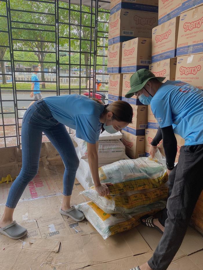Miss Grand Việt Nam Thuỳ Tiên mua máy thở và 5 tấn gạo tặng người nghèo bằng tiền mừng sinh nhật Ảnh 2