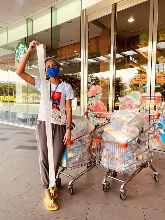 Vừa làm shipper giờ đây H'hen Niê đi siêu thị giúp bạn bè và người dân Ảnh 4