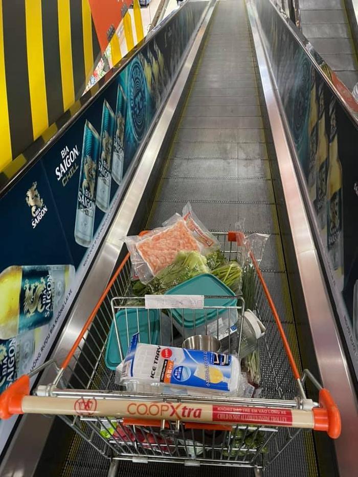 Vừa làm shipper giờ đây H'hen Niê đi siêu thị giúp bạn bè và người dân Ảnh 2