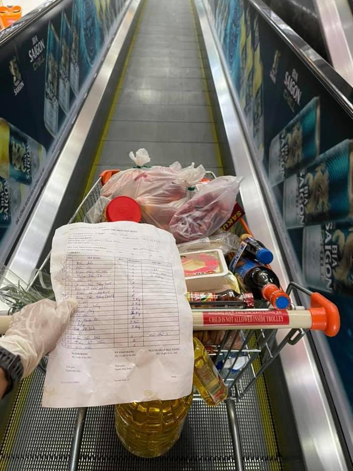 Vừa làm shipper giờ đây H'hen Niê đi siêu thị giúp bạn bè và người dân Ảnh 3