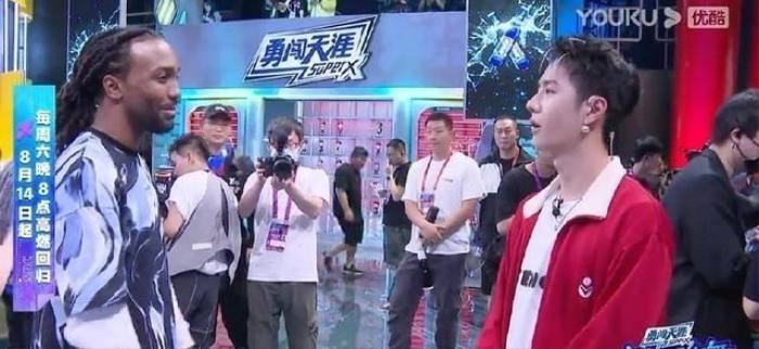 Vương Nhất Bác học nhảy tại chỗ, gặp ai cũng 'bái sư'