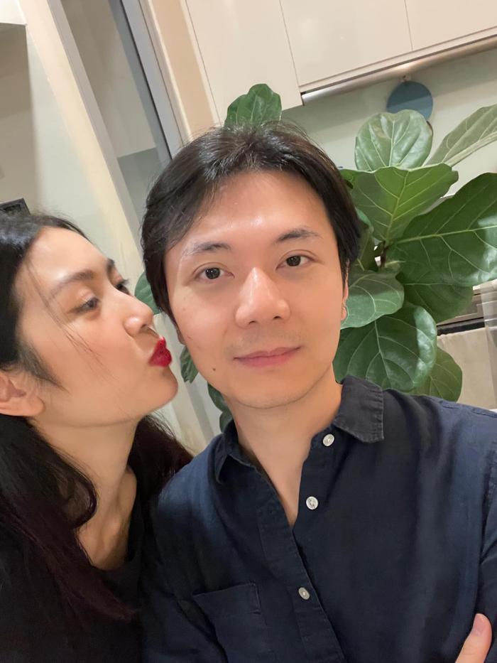 Á hậu Thúy Vân được khen hết lời khi cắt tóc cho chồng cực đẹp trong mùa dịch Ảnh 5