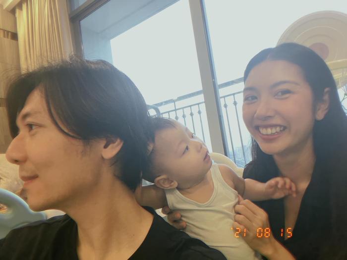 Á hậu Thúy Vân được khen hết lời khi cắt tóc cho chồng cực đẹp trong mùa dịch Ảnh 6