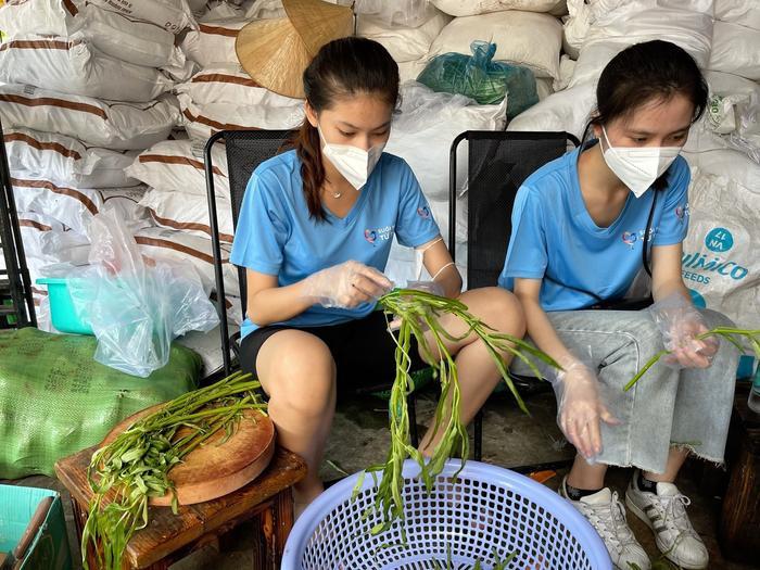 Hoa hậu Tiểu Vy, Á hậu Ngọc Thảo hóa shipper giao cơm cho tuyến đầu chống dịch Ảnh 3