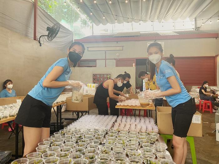 Hoa hậu Tiểu Vy, Á hậu Ngọc Thảo hóa shipper giao cơm cho tuyến đầu chống dịch Ảnh 4