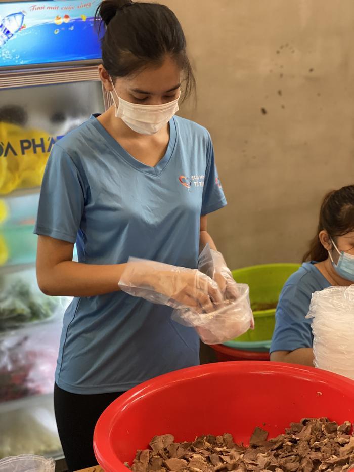 Hoa hậu Tiểu Vy, Á hậu Ngọc Thảo hóa shipper giao cơm cho tuyến đầu chống dịch Ảnh 5