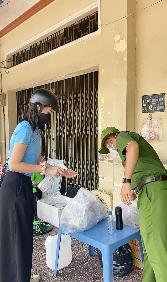 Hoa hậu Tiểu Vy, Á hậu Ngọc Thảo hóa shipper giao cơm cho tuyến đầu chống dịch Ảnh 9