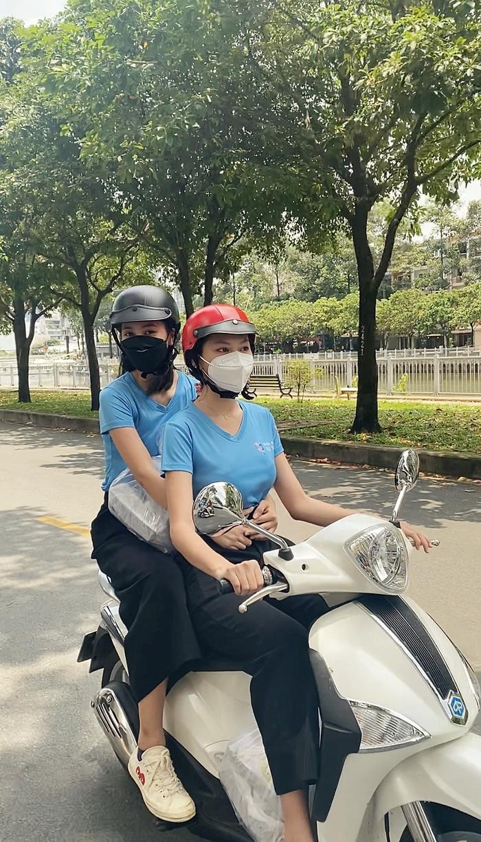 Hoa hậu Tiểu Vy, Á hậu Ngọc Thảo hóa shipper giao cơm cho tuyến đầu chống dịch Ảnh 1