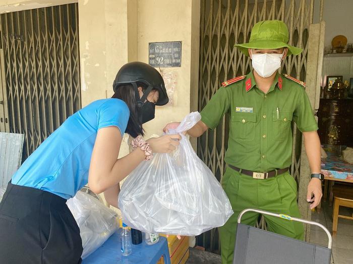 Hoa hậu Tiểu Vy, Á hậu Ngọc Thảo hóa shipper giao cơm cho tuyến đầu chống dịch Ảnh 7