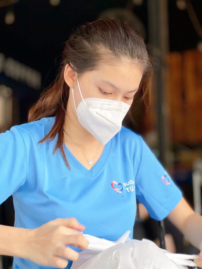 Hoa hậu Tiểu Vy, Á hậu Ngọc Thảo hóa shipper giao cơm cho tuyến đầu chống dịch Ảnh 6